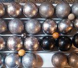 Quatre triplettes de boules de pétanque
