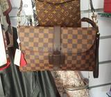 Très beau sac pochette Louis Vuitton